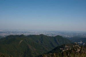 景信山山頂より東京方面を望む。中央の靄の中に新宿高層ビル群が微かにみえた
