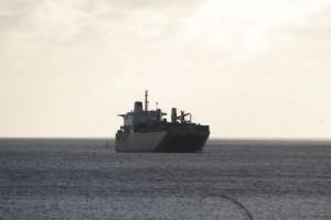 沖に停泊する3隻の船