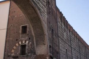 Alpini通り沿いの城壁 古来より北イタリアの交通の要衝となっている