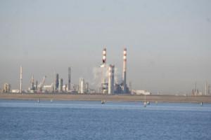 島の対岸は、工業地帯のようだ。