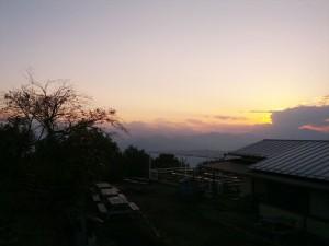 夕暮れ。陣馬山山頂より。中央に浮かぶのは富士山